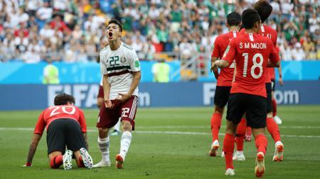 Hirving Lozano usai melewatkan peluang mencetak gol. - INDOSPORT