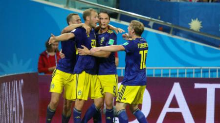 Striker Swedia, Ola Toivonen merayakan golnya ke gawang Manuel Neuer - INDOSPORT