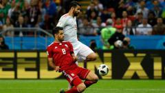 Indosport - Morteza Pouraliganji beradu dengan Diego Costa dalam laga Spanyol vs Iran di Piala Dunia 2018.