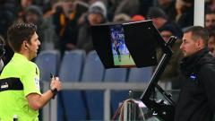 Indosport - Wasit Piala Dunia 2018 melihat Video Assistant Referee (VAR).