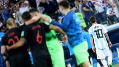 Indosport - Lionel Messi (kanan) pergi tinggalkan lapangan pasca dikalahkan Kroasia.