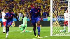 Indosport - Selebrasi Yerry Mina setelah berhasil mencetak gol ke gawang Polandia