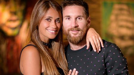 Lionel Messi dan sang istri, Antonella Roccuzzo. - INDOSPORT