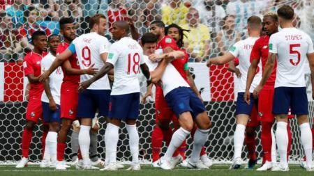 Pemain Panama melakukan penjagaan para pemain Inggris. - INDOSPORT