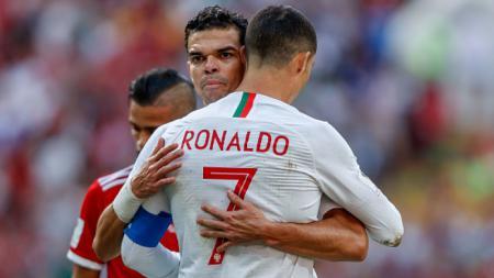Bintang Timnas Portugal, Pepe, berpelukan bersama dengan Ronaldo - INDOSPORT