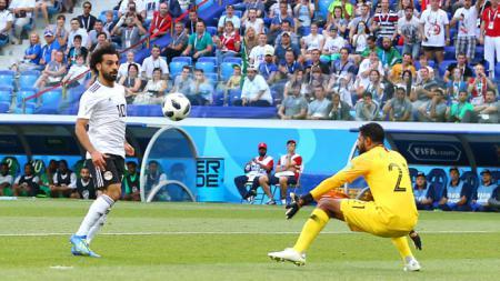 Mohamed Salah melakukan chip ke gawang Arab Saudi yang berujung gol. - INDOSPORT