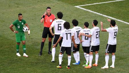 Para pemain Mesir melakukan protes kepada wasit, yang berujung penalti untuk Arab Saudi. - INDOSPORT