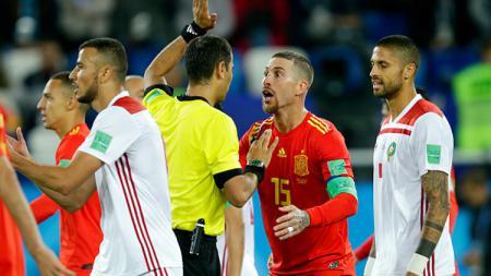 Sergio Ramos saat melayangkan protes ke wasit. - INDOSPORT