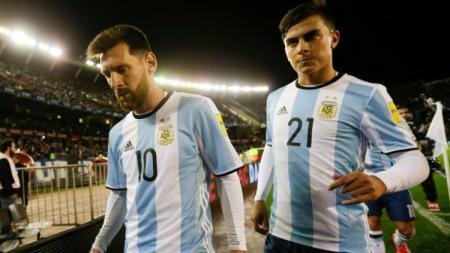 Lionel Messi dan Paulo Dybala tertunduk sedih usai gagal menjuarai Piala Dunia 2018. - INDOSPORT