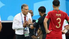 Indosport - Carlos Queiroz, pelatih Iran saat melakukan protes ke wasit.