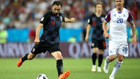 Milan Badelj saat ingin menendang bola. - INDOSPORT
