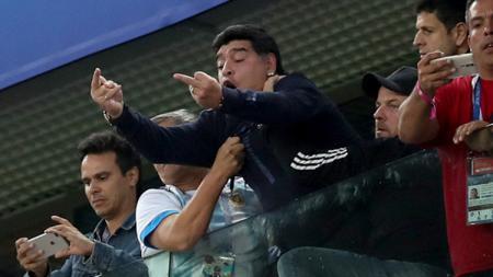 Diego Maradona acungkan jari tengah ke suporter Nigeria. - INDOSPORT