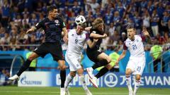 Indosport - Duel udara di laga Islandia vs Kroasia.