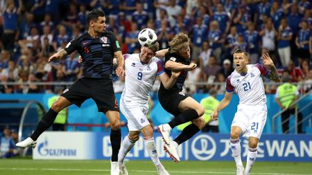 Duel udara di laga Islandia vs Kroasia. - INDOSPORT