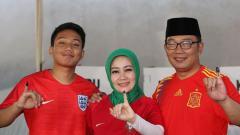Indosport - Ridwan Kamil dan keluarga kenakan jersey tim peserta Piala Dunia 2018