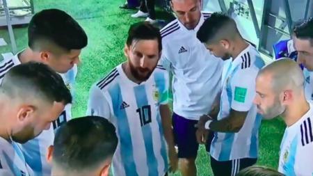 Lionel Messi beri motivasi rekan-rekannya jelang babak kedua kontra Nigeria (27/06/18). - INDOSPORT