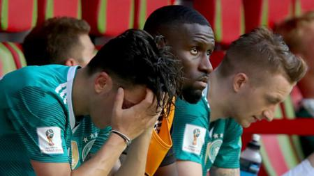 Para pemain Timnas Jerman tertunduk lesu kala tersingkir di Piala Dunia 2018 - INDOSPORT
