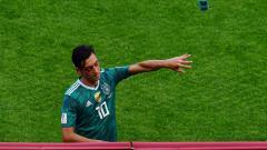 Indosport - Mesut Ozil tampak kesal usai Jerman tersingkir dari Piala Dunia 2018.