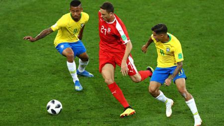 Nemanja Matic saat melindungi bola dari rebutan pemain Brasil. - INDOSPORT