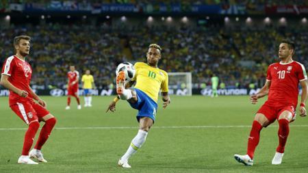 Neymar saat mengontrol bola. - INDOSPORT