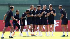 Indosport - Sambil bersenda gurau, Timnas Inggris lakukan sesi latihan.