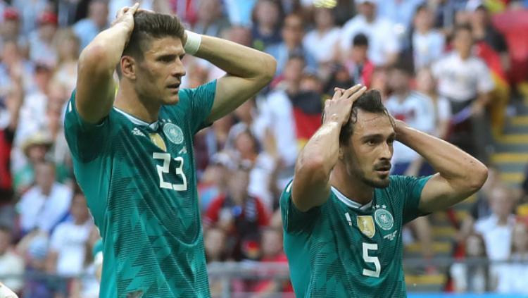 Ekspresi kekecewaan Mats Hummels (kanan) dan Mario Gomez usai kekalahan Jerman dari Korea Selatan. Copyright: Getty Images