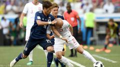 Indosport - Yuya Osako (kiri) saat menghadapi Kurzawa di laga Piala Dunia 2018.