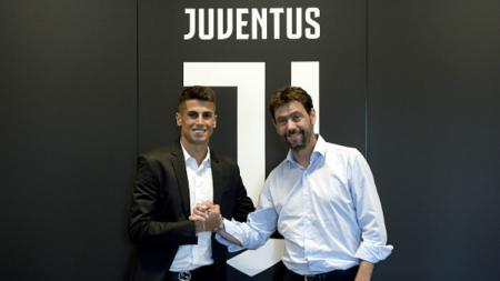 Joao Cancelo berfoto bersama Presiden Juventus, Andrea Agnelli. - INDOSPORT