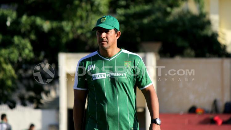 Alfredo Vera saat memimpin latihan Persebaya di Lapangan Polda Jatim, Kamis (28/06/18). Copyright: Fitra Herdian Ariestianto/INDOSPORT