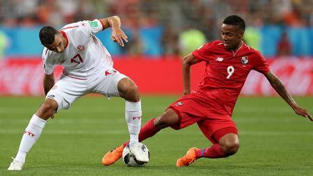 Pemain Panama dan Tunisia saling berebut bola. - INDOSPORT