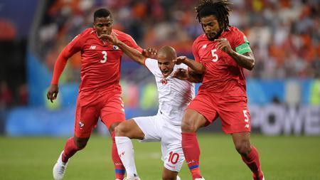Pemain Tunisia. Wahbi Khazri, di antara penjagaan dua pemain Panama. - INDOSPORT
