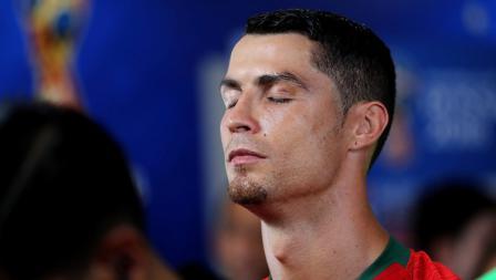 Kapten Portugal, Cristiano Ronaldo, memejamkan mata jelang laga melawan Spanyol di Piala Dunia 2018.