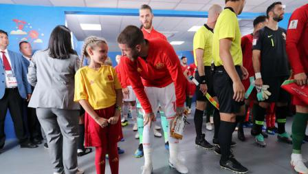 Kapten Spanyol, Sergio Ramos, berbincang dengan maskot cilik di lorong stadion jelang laga perdana menghadapi Portugal.