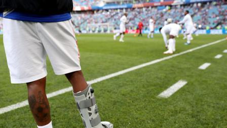 Pemain Panama yang cedera,  Alberto Quintero, sedang memandangi rekan-rekannya berlatih dari tepi lapangan.