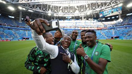 Para pemain Nigeria melakukan selfie di dalam stadion jelang pertandingan Grup D Piala Dunia 2018.