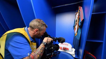 Kameramen Piala Dunia 2018 menyorot kit milik Sergio Ramos di ruang ganti Timnas Spanyol.