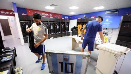 Sejumlah staff mempersiapkan perlengkapan bertanding Lionel Messi dkk di ruang ganti Timnas Argentina.