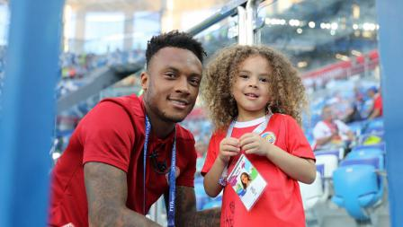 Pemain Kosta Rika berfoto bersama putri tercintanya di dalam stadion.