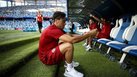 Salah satu pemain Kosta Rika terlihat melakukan video call dari bench pemain di dalam stadion.