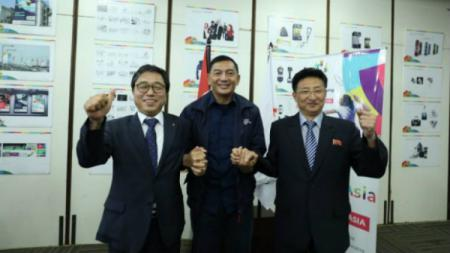 Sekretaris Jenderal Kontingen Korea Selatan Choong R Jeon (kiri), Wakil Ketua INASGOC Sjafrie Sjamsoeddin (tengah), dan Wakil Presiden Kontingen Korea Utara Won Kil U (kanan). - INDOSPORT