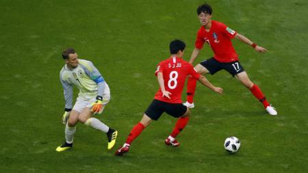 Kiper Jerman, Manuel Neuer, melakukan blunder konyol saat laga Jerman melawan Korea Selatan. - INDOSPORT
