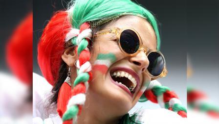 Kebahagian ditunjukan salah satu fans wanita timnas Iran.