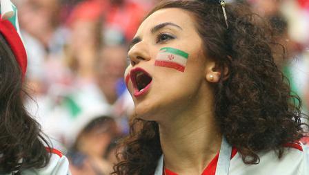 Penonton sekaligus fans Iran tampak semangat ditrubun.