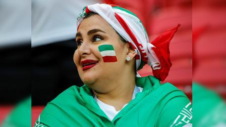 Salah satu fans wanita saat menyaksikan laga timnas Iran melawan Spanyol.