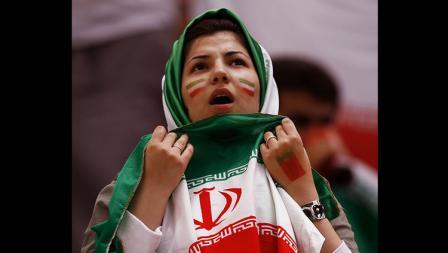 Salah satu fans wanita tampak gemas dengan langsungnya menyaksikan pertandingan.