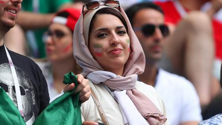 Salah satu wanita yang mengenakan kerudung karena tidak mau ketinggalan dengan laga Iran vs Spanyol.