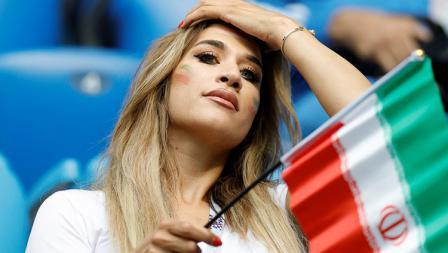 Wanita cantik yang tidak diketahui namanya ini kibarkan bendera negaranya Iran.
