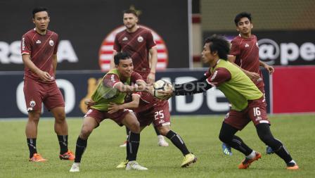 Persija Jakarta melakukan permainan bola tangan pada latihan jelang lawan Persib.