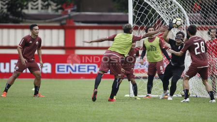 Kiper Andritany Ardhiyasa mencoba menghalangi bola masuk ke gawangnya.