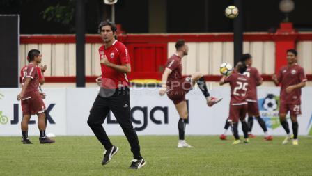 Pelatih Stefano Cugurra Teco berlari-lari kecil sebelum memimpin latihan.